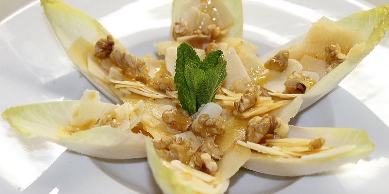Amanida d'endívies, poma, formatge i salsa de mel i mostassa