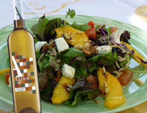 Amanida amb préssec d'Ordal, fruits secs i formatge fresc