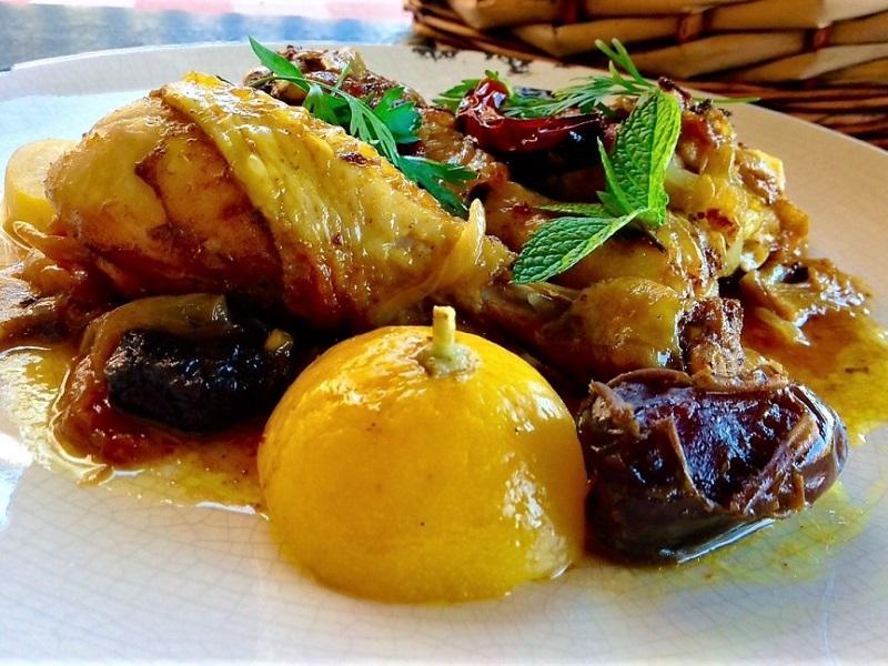 Pollastre amb olives negres i salsa harissa a l'estil Magreb