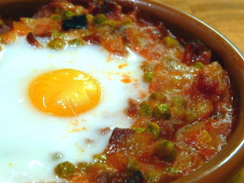 Ous al plat amb sofregit de tomàquet