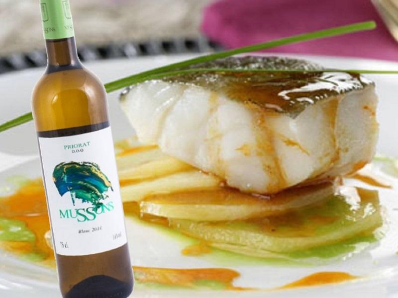 Bacallà confitat en oli d'oliva verge sobre patata i salsa de sobrassada i mel